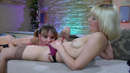 AmeliaB&Aubrey pussyloving mom in action