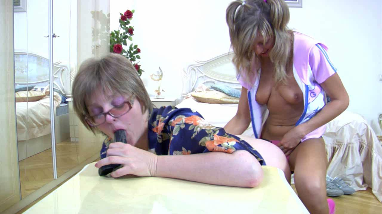 Leonora and Nora pussylicking mom on video