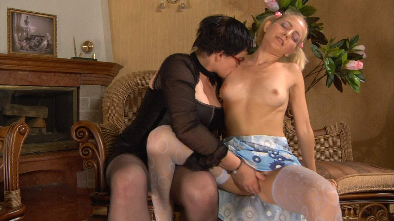 Stephanie and Judith pussyloving mom in