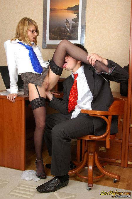 Порно видео в чулках секретарь