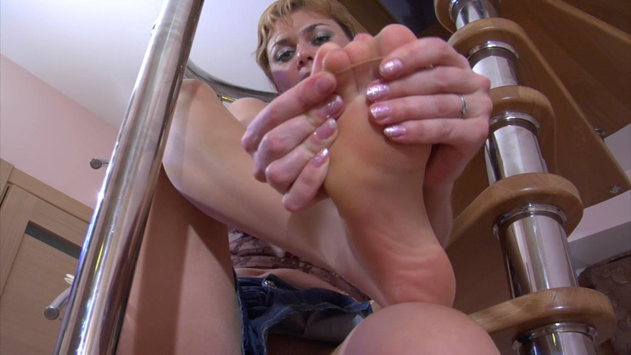 Elvira exposing her hylon feet